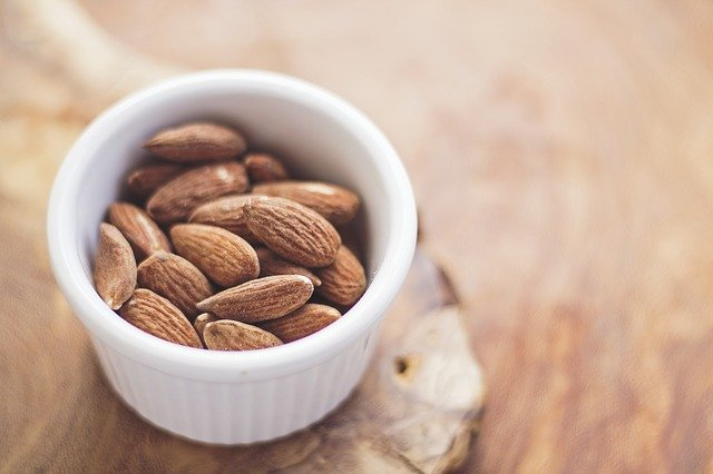 Make it less stressful by eating a small handful of almonds every day / Image by Free-Photos from Pixabay