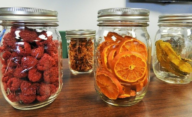 Dried fruits are foods rich in fiber content.