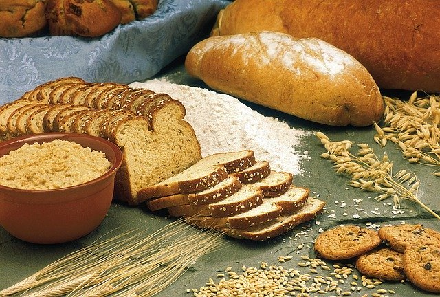 Whole grain cereals are foods rich in fiber content.
