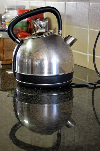 Descaling kettle with vinegar
